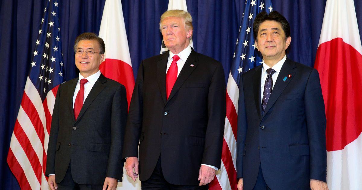 写真・図版 : 2017年7月、日米韓首脳会談前に記念撮影に応じる安倍首相、トランプ大統領、文大統領=独ハンブルク。朝日新聞社