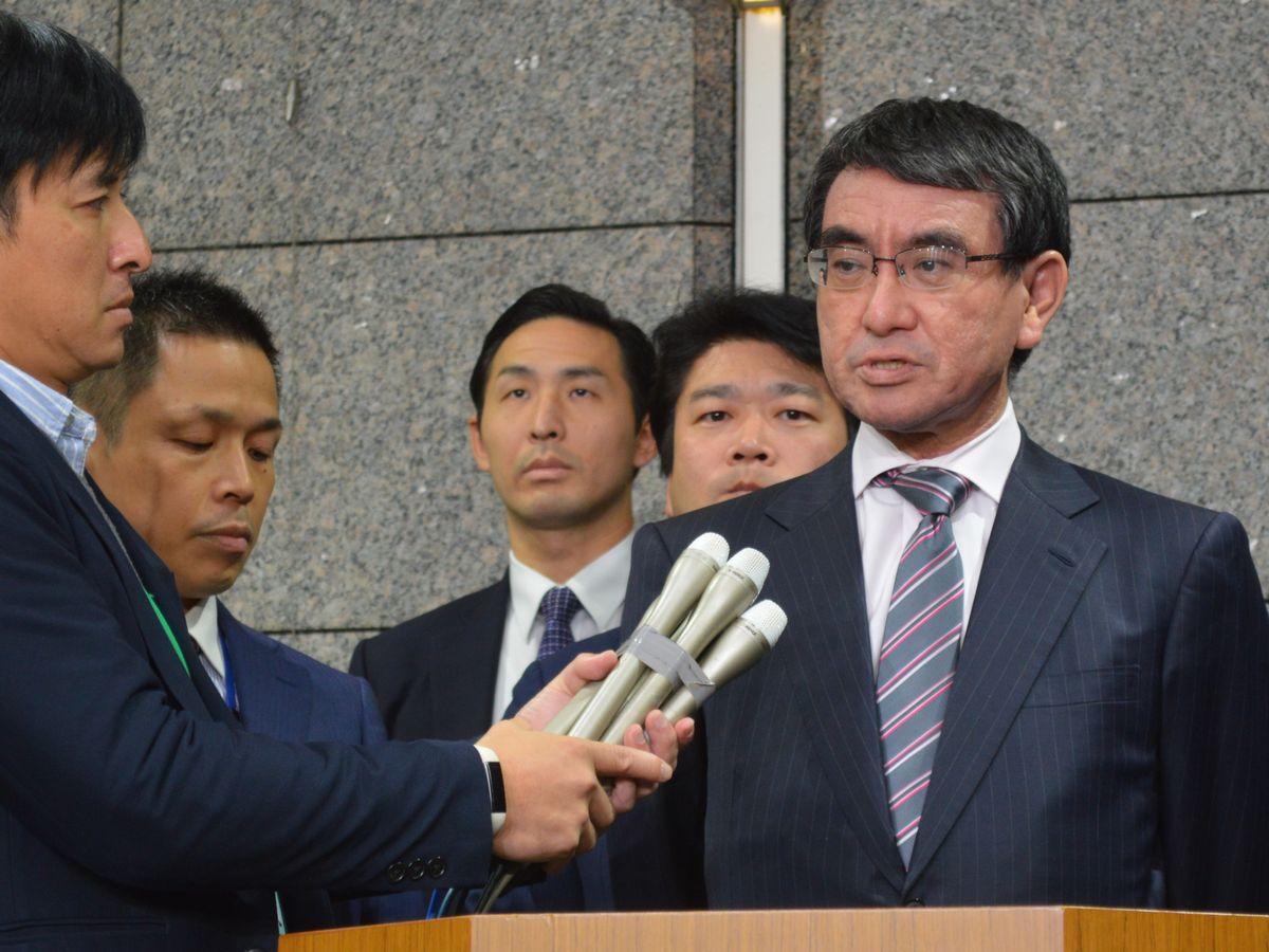 写真・図版 : 11月22日、日韓GSOMIAの失効回避を受け記者団に話す河野防衛相=東京・市ケ谷の防衛省。藤田撮影