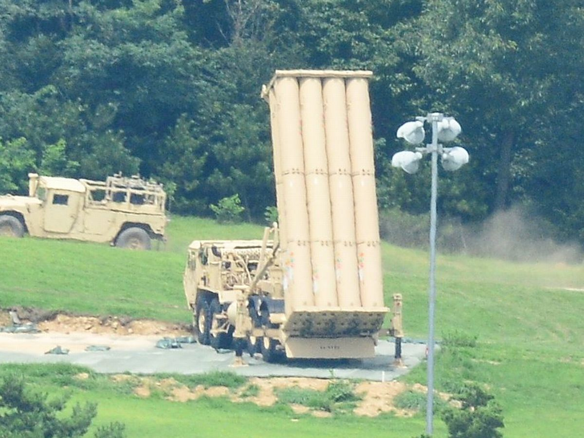 写真・図版 : 2017年に韓国の慶尚北道星州に配備された米軍のTHAAD(高高度迎撃ミサイルシステム)の発射台=東亜日報提供