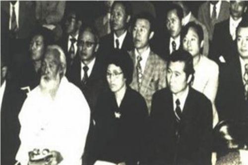 写真・図版 : 前列右から金大中と李姬鎬、咸錫憲(ハム・ソクホン)=筆者の講義資料より