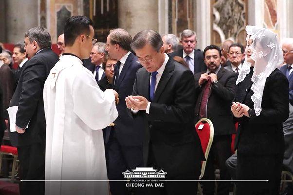 写真・図版 : 2018年10月ローマ教皇庁を訪問した時カトリックのミサに参加する文在寅大統領夫妻=文大統領の2018年10月18日FBより