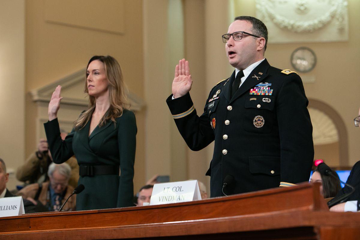 写真・図版 : 米下院の公聴会で宣誓するビンドマン米陸軍中佐(右)とペンス副大統領の外交顧問ウィリアムズ氏=2019年11月19日、ワシントン