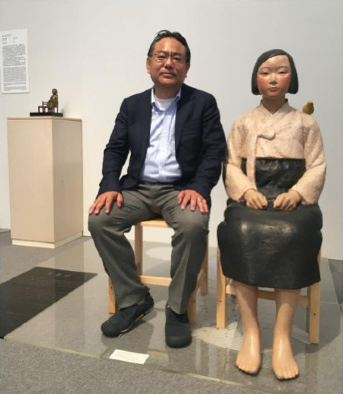 写真・図版 : 筆者と「平和の少女像」=10月10日、愛知芸術文化センター