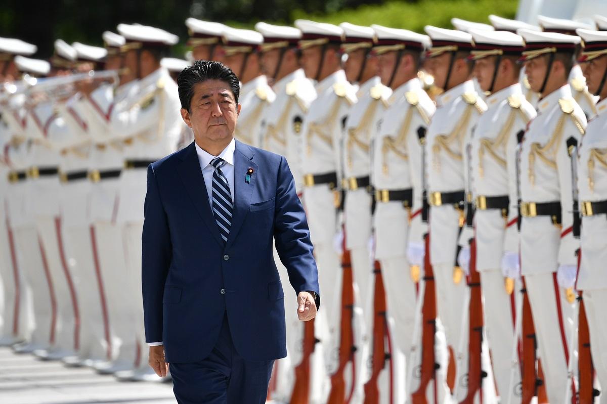 写真・図版 : 儀仗(ぎじょう)隊の栄誉礼を受ける安倍晋三首相=2019年9月