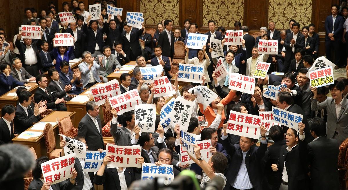 安保関連法案の衆院特別委で採決が強行され、浜田靖一委員長に野党議員が詰め寄る中、法案が可決され拍手する与党議員201507
