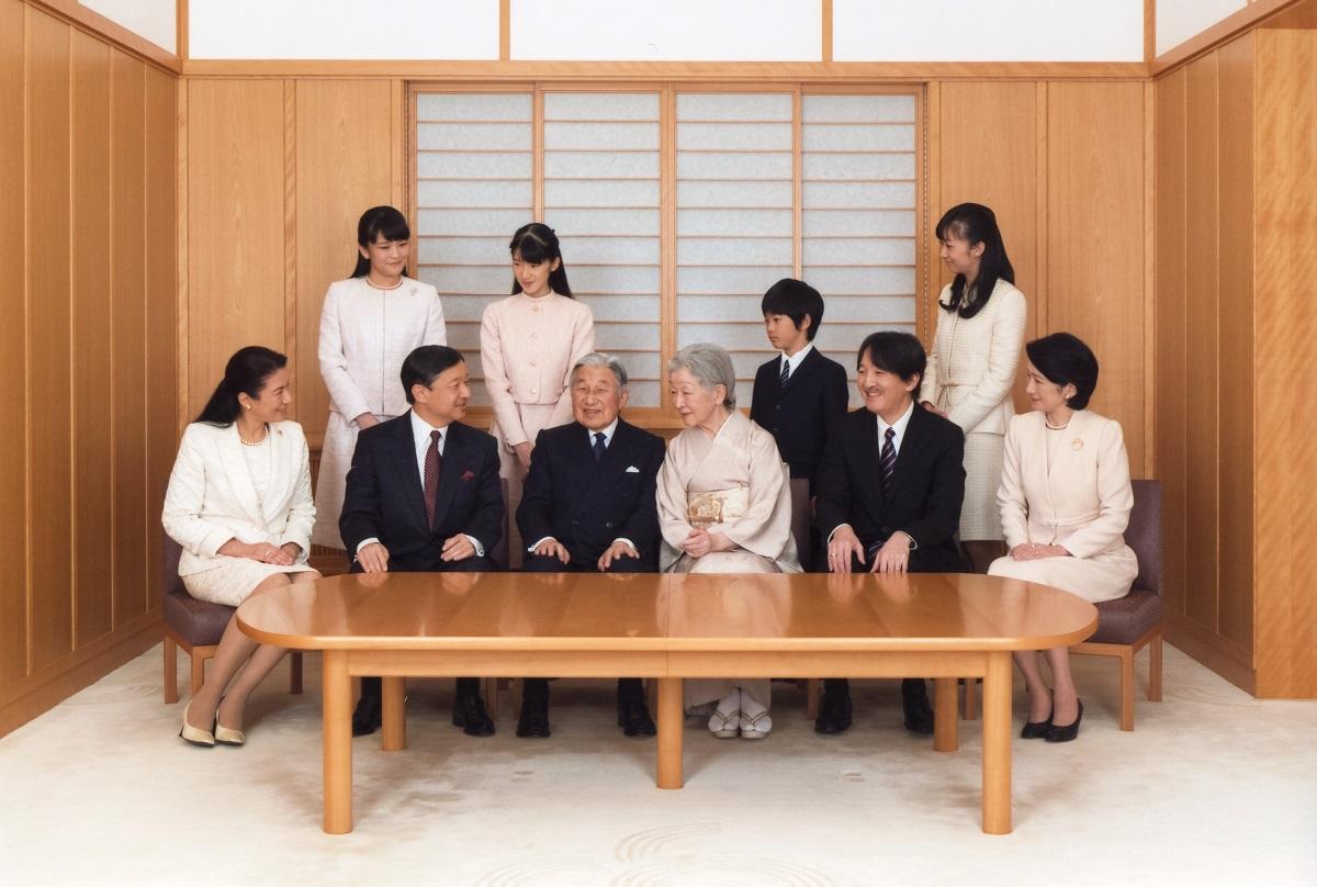 写真・図版 : 新年を迎える天皇ご一家=2016年11月28日、宮内庁提供