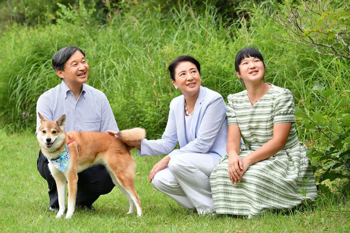写真・図版 : 愛犬の「由莉」とともに、那須御用邸の敷地内を散策する天皇、皇后両陛下と愛子さま=2019年8月19日、栃木県那須町