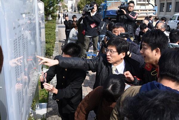 写真・図版 : 島根大学の前期合格発表=2019年3月8日、松江市西川津町、市野塊撮影