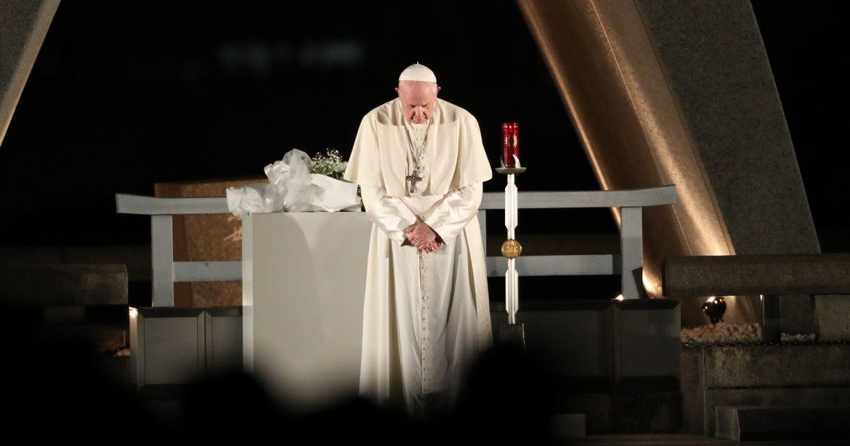 写真・図版 : 原爆の犠牲者に祈りを捧げるフランシスコ教皇=11月24日、広島市中区の平和記念公園、上田幸一撮影