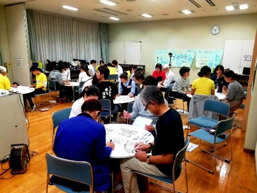 写真・図版 : 横浜市学校レクセミナー(YSRS)。「円たくんワークショップ」で対話も進む