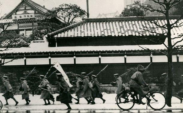 写真・図版 : 集結していた東京・赤坂の料亭「幸楽」から国会のある平河町方向へ行進する「二・二六事件」の反乱部隊 =1936年2月28日