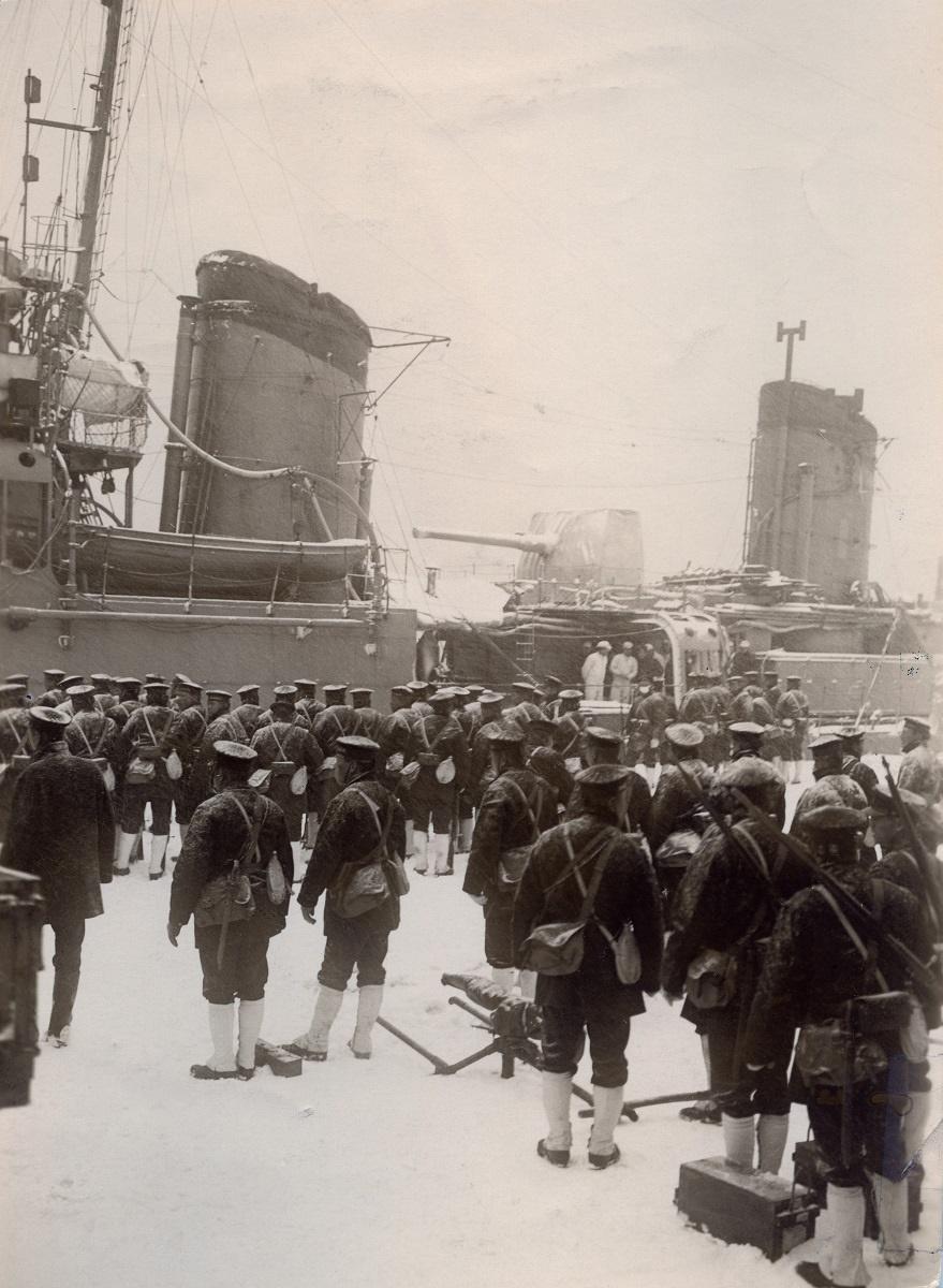 写真・図版 : 二・二六事件に対応するため芝浦ふ頭に上陸した海軍の陸戦隊=1936年2月26日