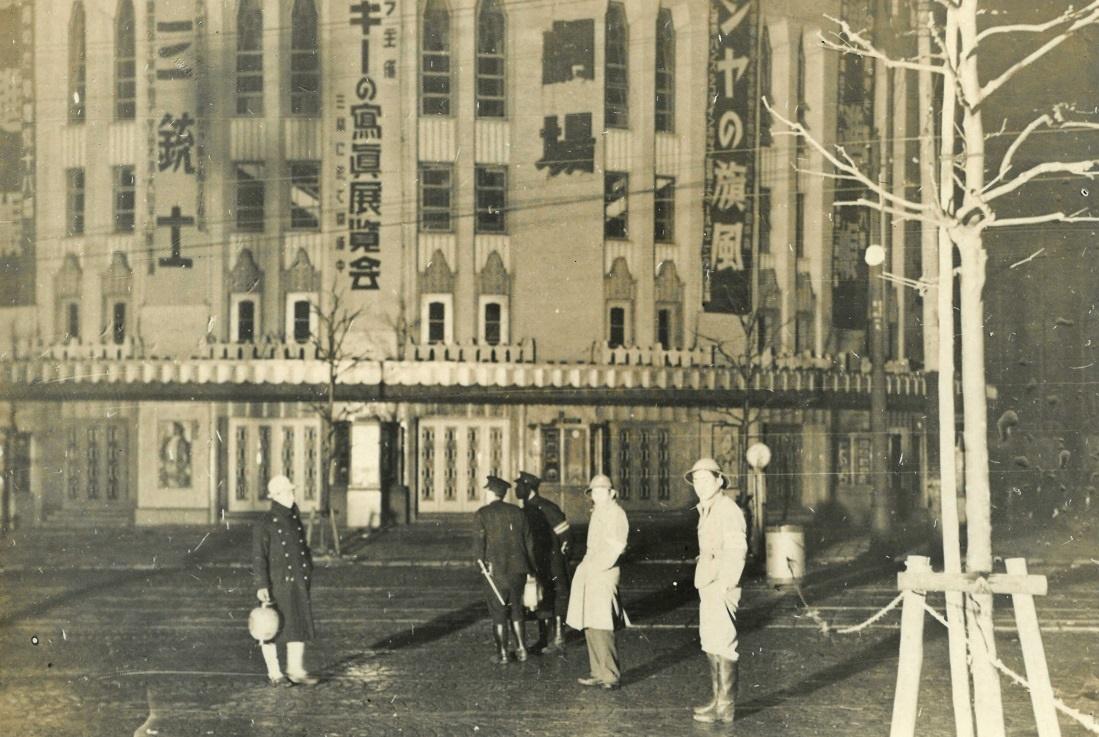 写真・図版 : 人通りの途絶えた東京朝日新聞社前。再度の襲撃を警戒していた=1936年2月26日夜