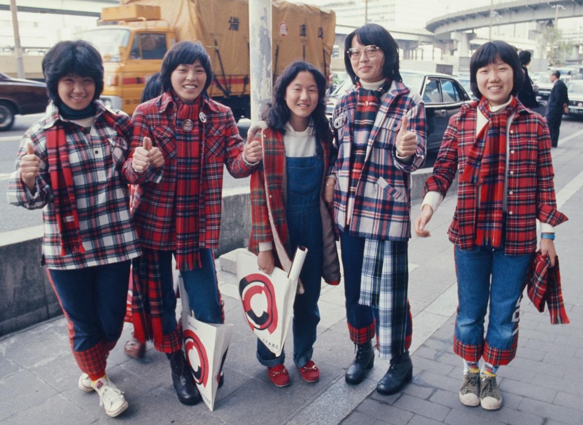 ベイ・シティ・ローラーズ」が、日本に持ち込んだタータンチェックのファッション。ローティーンたちの反応がよろしい。タータンチェックの端切れを探してきては、なれぬ手つきで針仕事、着用に及んだ。写真はベイ・シティ・ローラーズの来日の際に撮影された=1976年12月、大阪市
