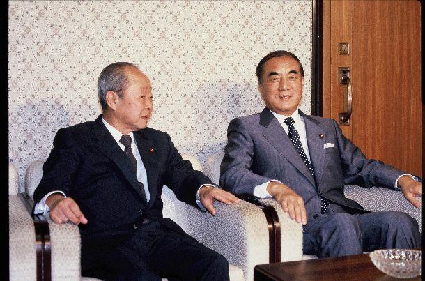 写真・図版 : 会談する中曽根康弘首相と自民党の宮沢喜一総務会長(左)=1985年7月10日、首相官邸