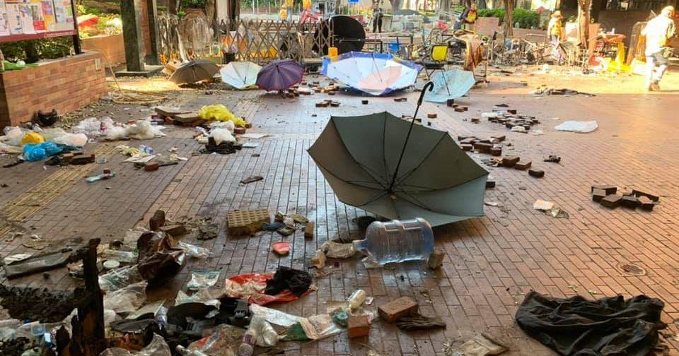 写真・図版 : 傘やビニール袋などが散乱した⾹港理⼯⼤学の構内 = 2019年11⽉28⽇( 高橋浩祐撮影 )