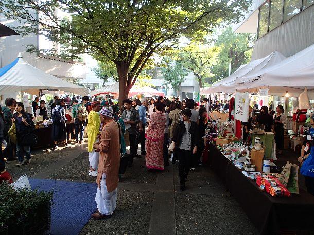 写真・図版 : そこここに仕込まれたパブリックスペースは祭りの場にもなる。毎秋恒例の「猿楽祭」。