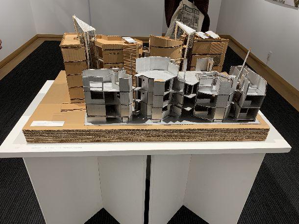 写真・図版 : 1985年SDレビューで入賞した小嶋一浩の模型「氷室アパートメント」。記念展覧会場で展示されている。