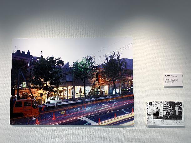 写真・図版 : 川俣正「工事中」。「〈工事中〉という名の前衛芸術展―商店の売り上げ激減で中止」というタイトルで『フォーカス』にも取り上げられた(右パネル)。