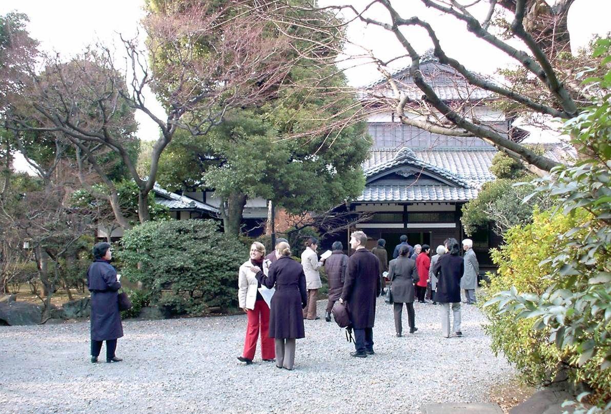 写真・図版 : 2004年に重要文化財となった旧朝倉家住宅。地域住民だけでなく、財界人、政治家、文化人らも保存を求めて動いた。外国人観光客も多い。