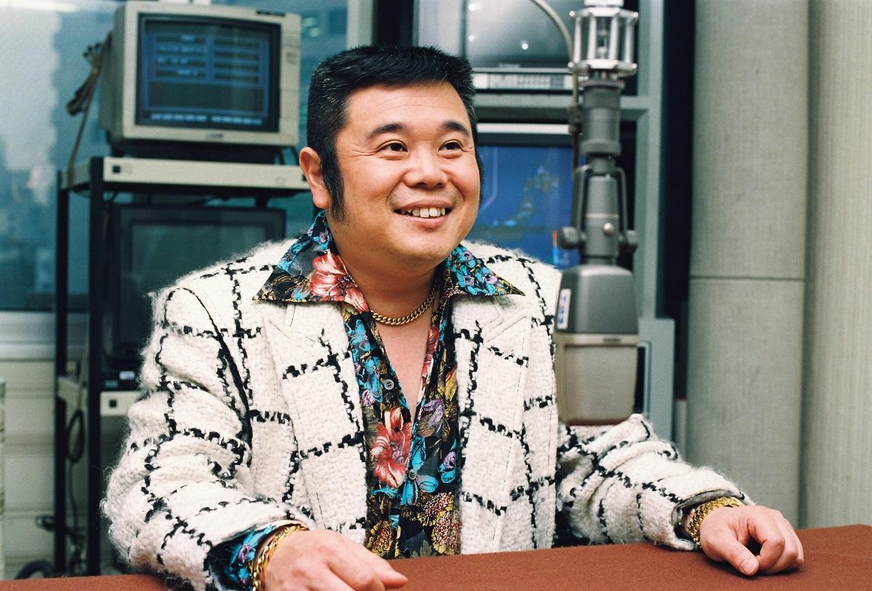 写真・図版 : 「金ピカ先生」として人気予備校教師だった佐藤忠志さん=1993年2月12日