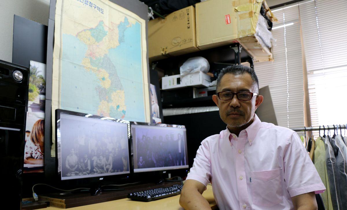 写真・図版 : 元帰国者の記録や写真を集める石丸次郎さん=大阪市内、筆者撮影