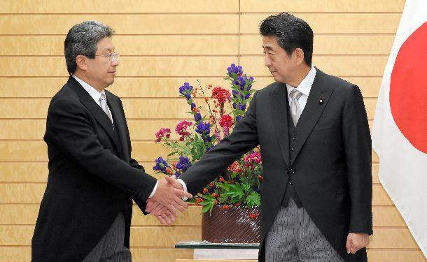 写真・図版 : 首相補佐官に起用された今井尚哉首相秘書官(左)=2019年9月11日、首相官邸