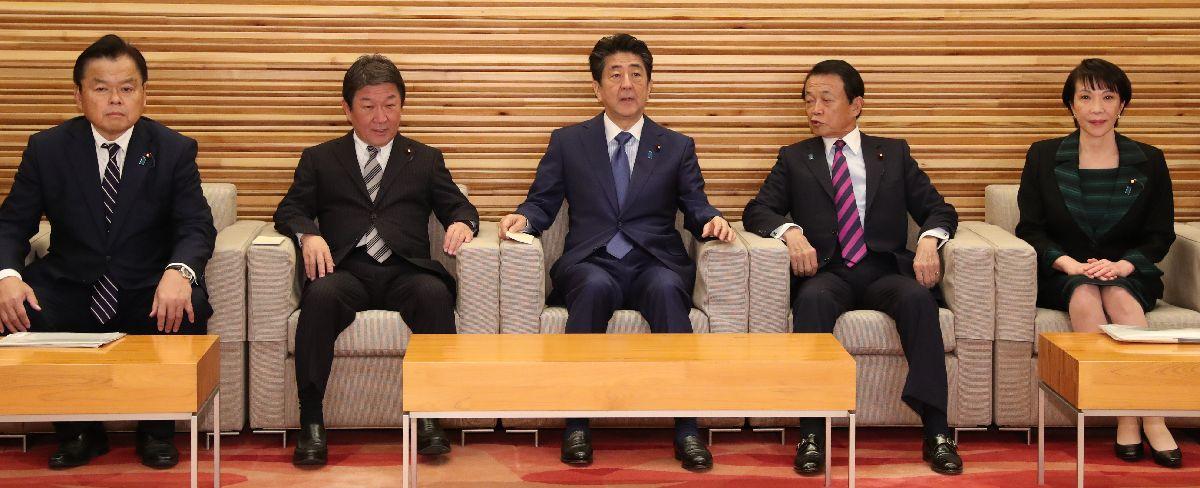 写真・図版 : 閣議に臨む安倍晋三首相(中央)=2019年12月6日