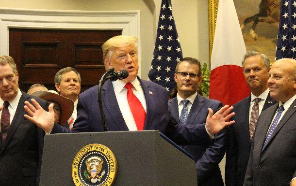 写真・図版 : 日米貿易協定の署名式で演説するトランプ米大統領=2019年10月7日、ワシントン