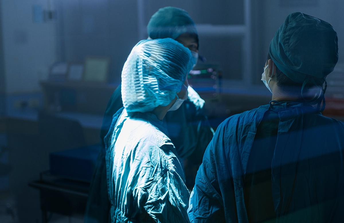 写真・図版 : 手術の必要性にも学術的な根拠が必要だ xmee/shutterstock.com