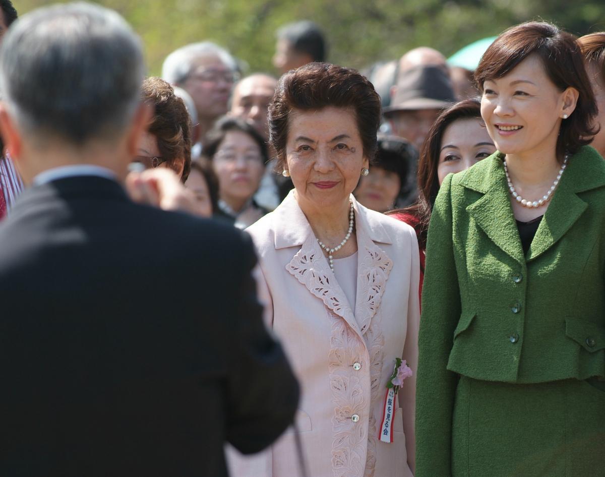 写真・図版 : 安倍首相の実母・洋子さんと昭恵夫人=2007年4月14日