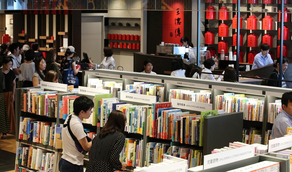 写真・図版 : 2019年9月にオープンした台湾発の複合型書店「誠品書店」