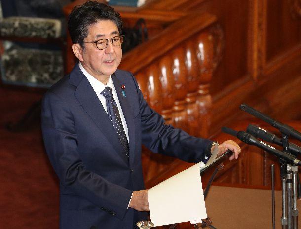 写真・図版 : 参院本会議で答弁する安倍晋三首相=2019年12月2日