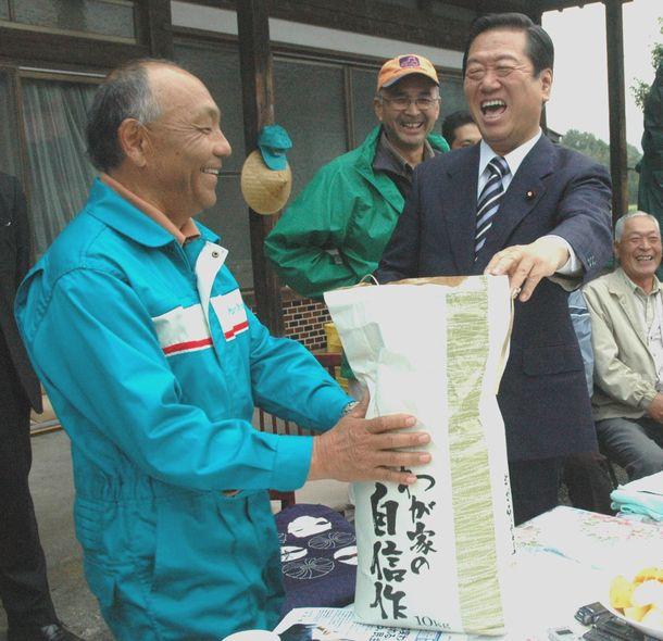写真・図版 : 農家の人たちと談笑する民主党の小沢一郎代表=2007年11月1日、宇都宮市