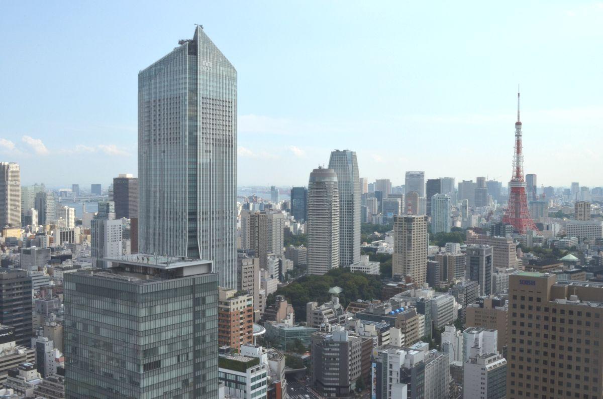 写真・図版 : 東京五輪・パラリンピック組織委員会が入る虎ノ門ヒルズ(左)=2014年9月12日