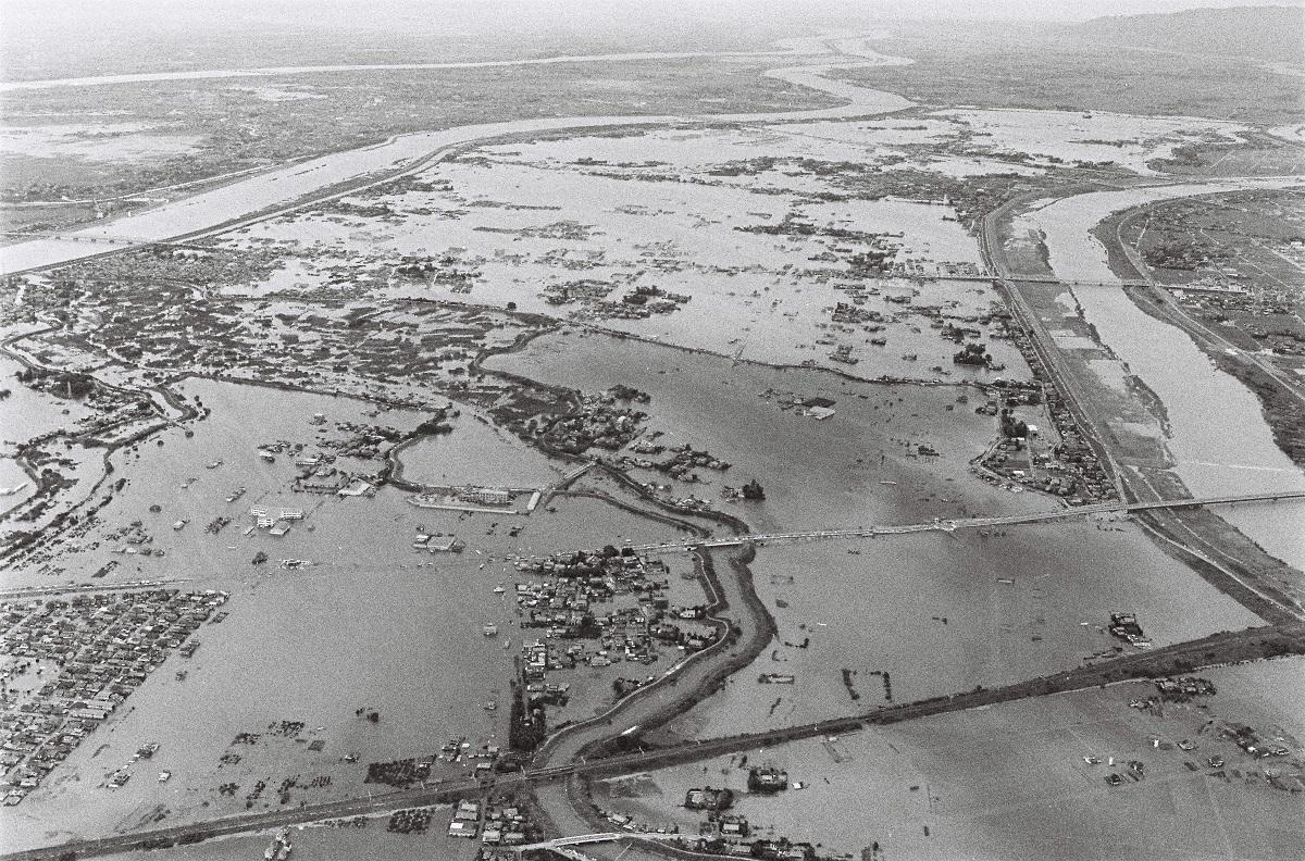 写真・図版 : 1976年台風17号で長良川(左中)の堤防が決壊、冠水した岐阜県安八町。右は揖斐川、左奥が木曽川=1976年9月13日