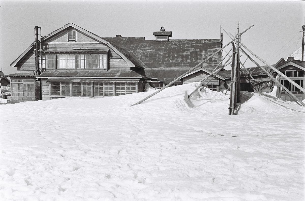 写真・図版 : 1970年に撮影された北海道増毛町の「ニシン御殿」。この年、ニシンは16年ぶりの豊漁といわれたが、それでも増毛町の1日の水揚げが約2トン。最盛期の1日数百トンにはおよぶべくもなかった