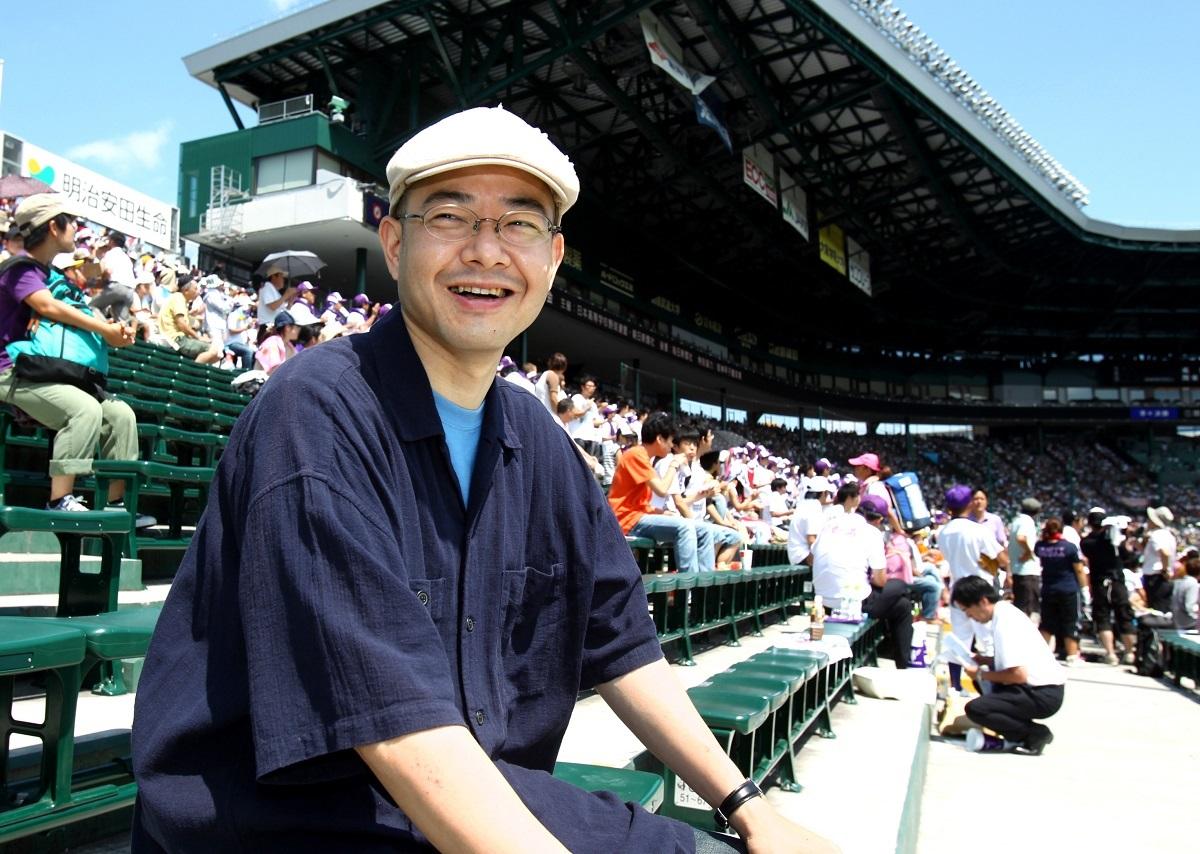 作家の岩崎夏海さん=2010年、甲子園球場で