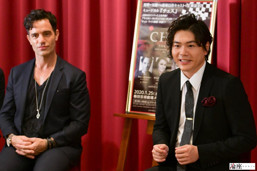 写真・図版 : ラミン・カリムルー(左)と佐藤隆紀=久保秀臣 撮影