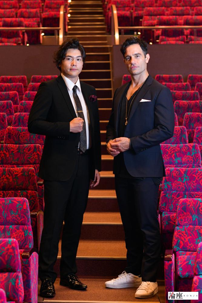 写真・図版 : ラミン・カリムルー(右)と佐藤隆紀=久保秀臣 撮影