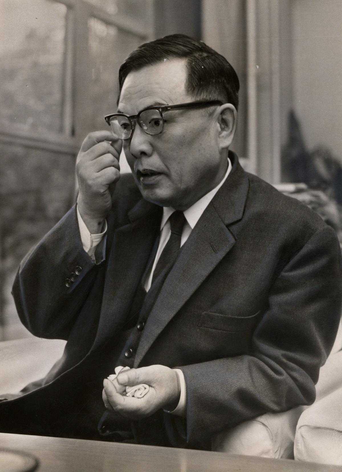 写真・図版 : 穂積五一さん。1981年、79歳で死去するまでアジアの若者と接し続け、父親のように慕われた=1963年、東京・文京区のアジア文化会館