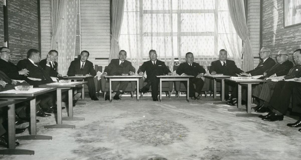 写真・図版 : 1964年1月7日、池田勇人内閣の新春初の閣議で、戦後復活する戦没者叙勲の基準を決めた=首相官邸