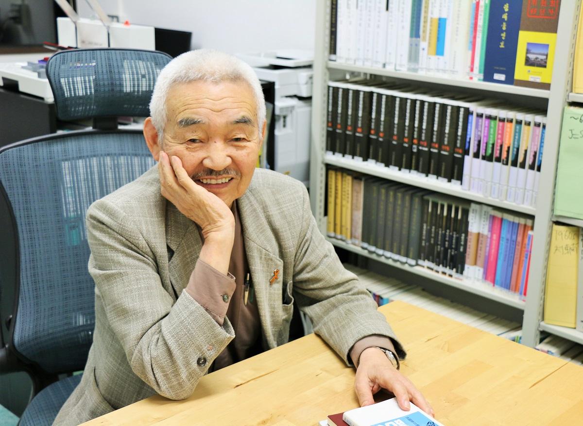 写真・図版 : 80代になっても資料を読み込み論文執筆が田中宏さんの日課だ。週末は市民集会に出向く=2019年11月、東京・東京大学駒場キャンパス、筆者撮影