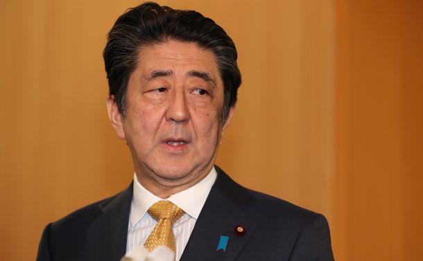写真・図版 : GSOMIAの延長通告を受け、質問に答える安倍晋三首相=2019年11月22日、首相官邸