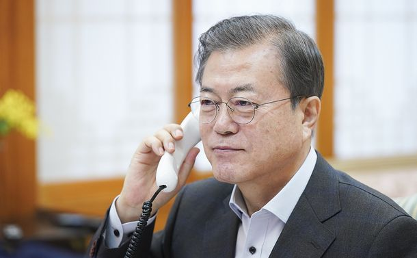 写真・図版 : トランプ米大統領と電話協議する韓国の文在寅大統領=2019年12月7日、韓国大統領府提供
