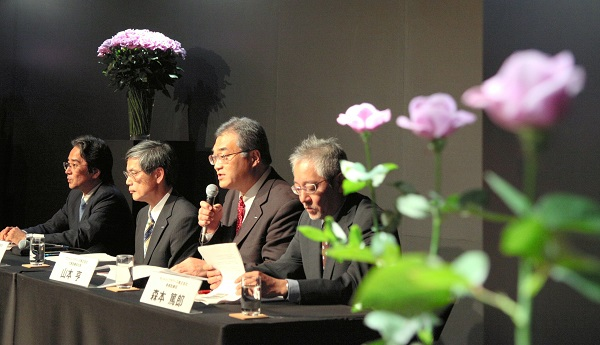 写真・図版 : サントリーの「青いバラ」発売会見=2009年10月20日、東京・赤坂のサントリーホール、安冨良弘撮影