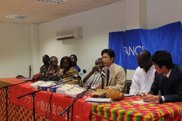 写真・図版 : アクラの国立競技場で行った「ガーナ甲子園プロジェクト」事業発表記者会見。 右から二人目がケイケイ。中央に筆者。左隣にナショナルスポーツカウンシル会長。