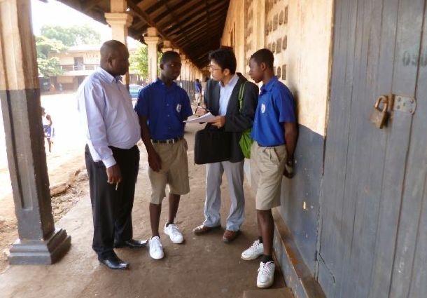 写真・図版 : 野球クラブに入っている選手たちにヒアリング。左端は体育教員。