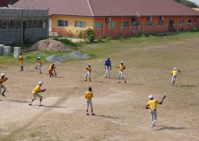 写真・図版 : 指導の様子もモニタリング。中央の青いユニフォームを着ているのがコーチ。筆者のかつての教え子に野球を教わった選手だったという。
