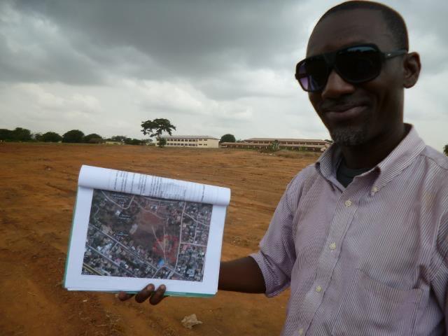 写真・図版 : ガーナ甲子園プロジェクトが始まる同じ時期に持ち上がっていた球場建設計画。ケイケイと「甲子園球場」の候補地を視察。